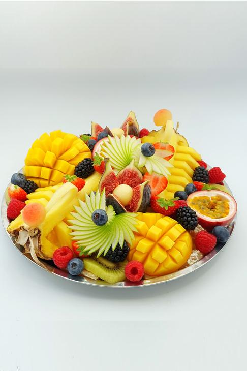 plateau de fruits découpées. Panier de fruit design